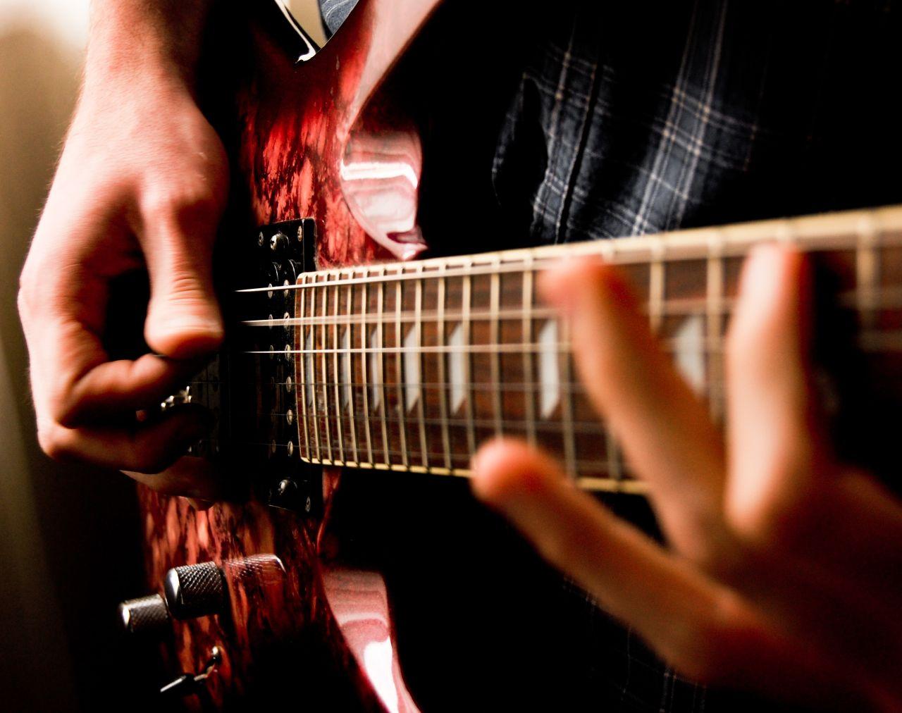 Играть эл гитаре